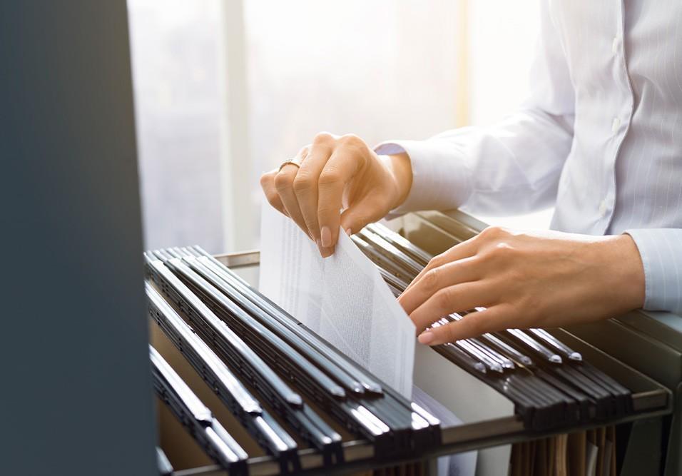 Síndico deve estar atento aos documentos e requisitos para se orientar na hora de contratar um serviço no condomínio. Confira nossa lista para 18 serviços