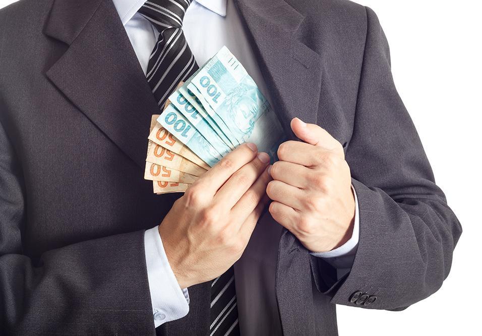 Homem escondendo dinheiro dentro do paletó