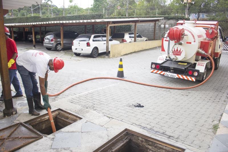 Foto - Caminhão para serviços de hidrojateamento e esgotamento de águas pluviais.