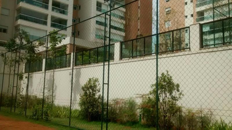 Foto - Alambrado com colunas tipo escada nas laterais e fundos da quadra