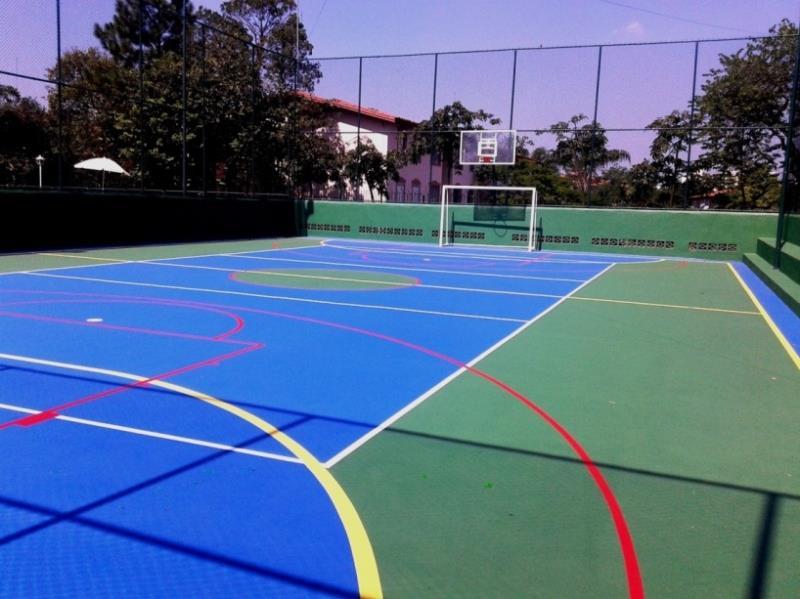 Foto - Quadra Poliesportiva - verde com azul na quadra de vôlei, áreas do goleiro e recuos