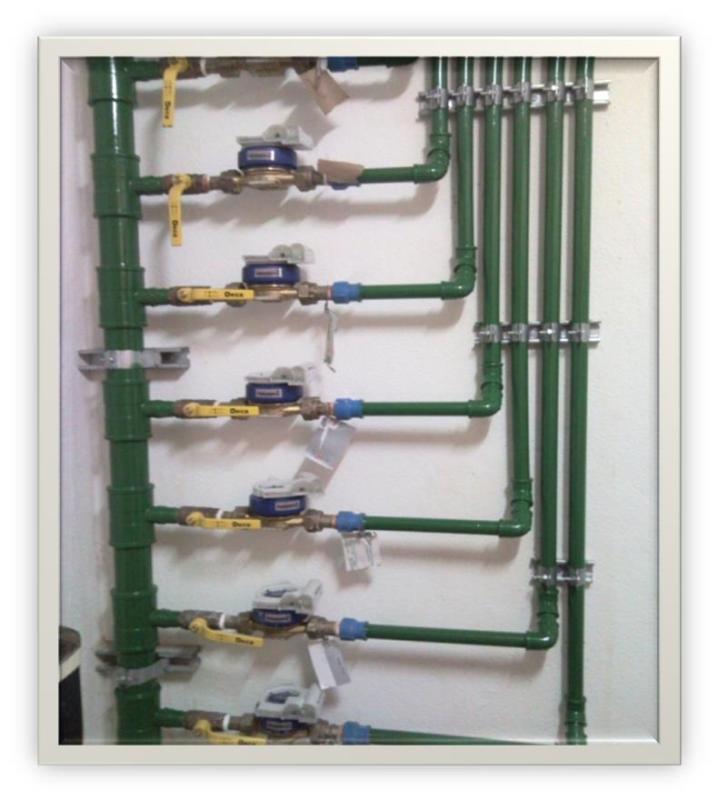 Foto - Medição Individual de Água - Barrilete de Hidrômetros