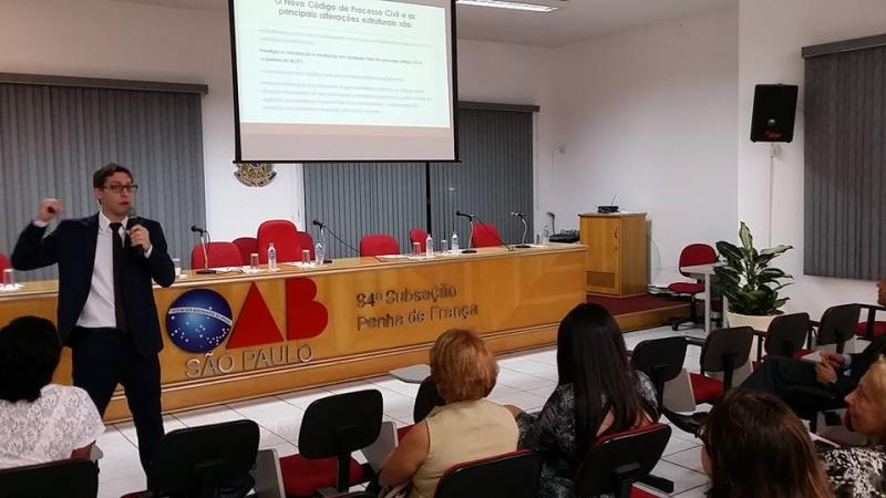Foto - Dr. Rodrigo Karpat palestrando na OAB de Penha de França