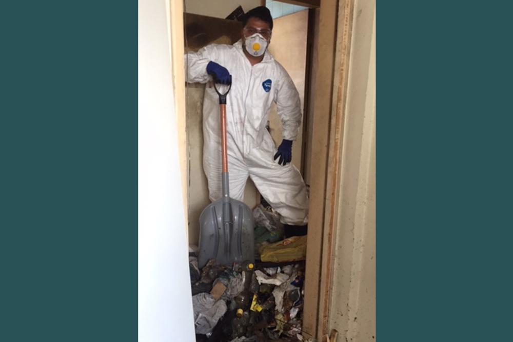 Homem removendo lixo com pá